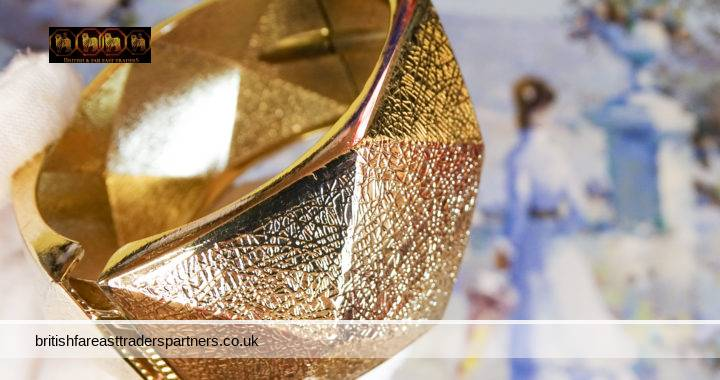 GOLD TONE CHUNKY METAL GEOMETRIC DESIGN Spring Hinge Bracelet Bangle COSTUME JEWELLERY